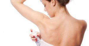 Девушка с дезодорантом
